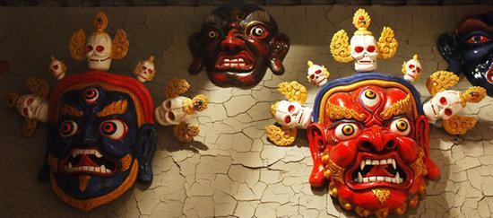 一、青海民间藏戏面具的起源与发展   在青海民间藏戏面具的多维起源中,藏传佛教文化始终是一股奔腾不息的动源,以藏传佛教为载体的文化内容,成为民间藏戏面具艺术内涵的主要构成部分。更引人注目的是,藏传佛教造就了藏戏面具的独特神韵,而藏民族对面具的审美趋向,也只能在藏传佛教领域里驰骋自己丰富无羁的想象力。历史上宁玛派、噶举派、格鲁派等教派为了吸引更多的群众接受本派的佛法教化,将一些流传在民间或佛经中的故事内容,逐步注入舞蹈、藏戏,以至汇成今天具有浓郁民族和地方特色的藏族戏曲。随着藏戏的日臻完善,藏戏&ldq