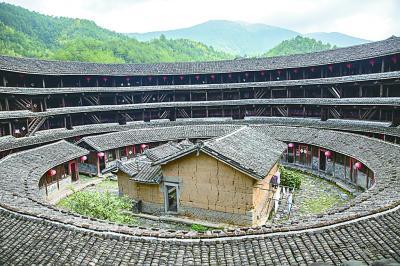 福建省龙岩市永定县现存最古老的圆土楼,集庆楼(摄影:莫默)